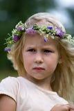 花花圈的白肤金发的女孩 免版税库存照片