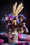 花花束与小尖峰的在黑暗的背景 免版税库存图片