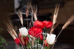 花花束与白玫瑰,英国兰开斯特家族族徽,麦子的耳朵的 免版税库存照片