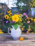 花花束在一个白色花瓶的 免版税库存照片
