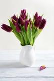 花花束在一个白色花瓶的 库存照片