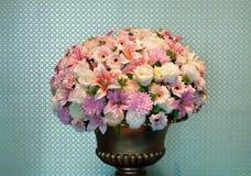 花花束在一个黄铜花瓶的 免版税库存照片