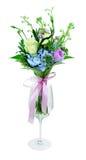 花花束在一块玻璃的在一个空白背景 免版税库存照片
