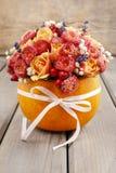 花花束在南瓜的 免版税库存照片