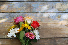 花花束在木背景的 库存图片