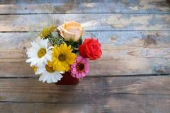 花花束在木背景的 免版税库存照片