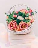 花花束在篮子,婚姻的装饰的,手工制造 免版税库存图片