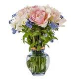 花花束在花瓶、郁金香和勿忘草的,被隔绝 免版税图库摄影
