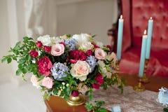 花花束在葡萄酒桌上的 免版税库存图片