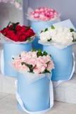 花花束在蓝色框的 花交付  图库摄影