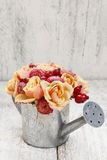 花花束在银色喷壶的 库存图片