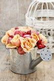 花花束在银色喷壶的 免版税库存照片