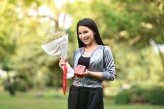 花花束礼物盒在手中 免版税库存照片