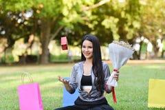 花花束礼物盒在手中 库存图片