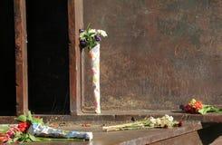 花花束离开在9月11日纪念品,萨拉托加斯普林斯,纽约,秋天, 2013年 库存图片