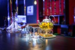 花茶和两个杯子在桌上 库存图片