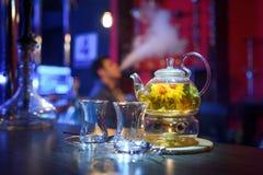 花茶和两个杯子在桌上 免版税库存照片