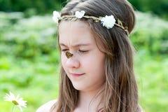 花草放置夏天妇女的头发亲吻 有蝴蝶的迷茫的女孩坐她的鼻子 免版税库存照片