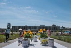 花蜡烛在原子弹爆炸圆顶屋公园的消息立场 库存图片