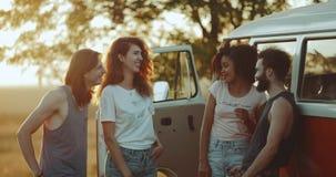 花费一个小组朋友的好时间,在葡萄酒搬运车,交谈旁边站起来一起微笑,惊人的天空 影视素材