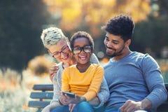 花费与他们的女儿的年轻混合的族种夫妇时间 库存照片