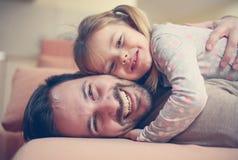 花费与他的女儿的父亲时间 图库摄影