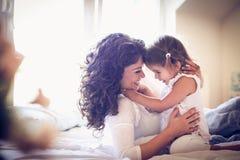 花费与她的小女孩的愉快的单亲母亲时间 图库摄影