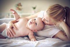 花费与妈妈的时间 小男婴 库存照片