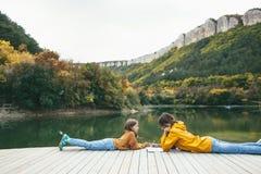 花费时间的孩子由湖 免版税库存照片