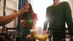 花费时间的年轻朋友公司一起站立在厨房上 一少妇笑 股票录像