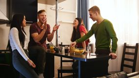 花费时间的年轻朋友公司一起站立在厨房上 股票录像