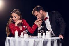 花费时间的愉快的美好的夫妇在浪漫日期上 库存图片