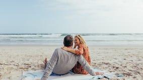 花费时间的成熟夫妇在海滩上 免版税库存照片