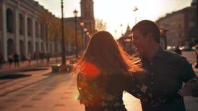 花费时间的逗人喜爱的浪漫夫妇,一起跳舞在城市 影视素材