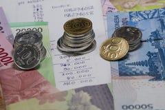 花费金钱和付款说明与硬币、钞票和费用演算用手写 免版税库存照片