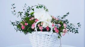 花,在白色背景,构成的自转包括孤挺花白色,罗斯lydia, Santini,瓜叶菊 股票视频