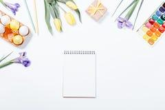 花,被绘的鸡蛋,水彩的欢乐复活节安排 免版税库存图片