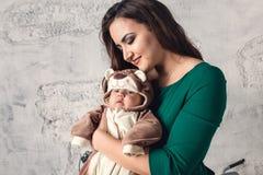 花费与她的3个月大婴孩的年轻母亲时间 图库摄影