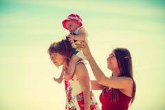 花费与孩子的妇女时间在海滩上 免版税库存照片