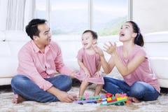 花费与他们的女儿的年轻父母时间 免版税库存图片
