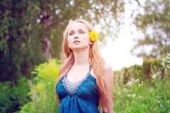 花头发她的妇女黄色年轻人 图库摄影