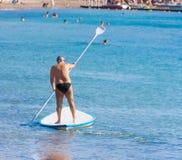 花费圣诞节的人们在美女上在埃拉特,以色列.漏胸前海滩两点图片