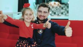 花费时间父亲和女儿 愉快的父亲和女孩显示热情和喜悦 影视素材