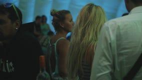 花费时间的人们在帐篷里面的事件期间 听到音乐,谈话 股票录像