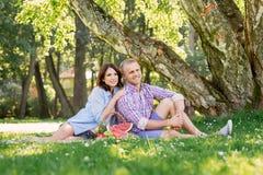 花费时间的可爱的夫妇在新鲜空气上 库存图片