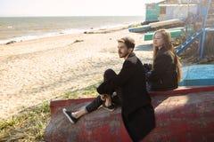 花费时间的愉快的年轻夫妇在海岸上在春天 免版税库存照片