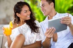花费时间的年轻夫妇在大阳台上 库存照片