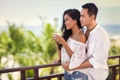 花费时间的年轻夫妇在大阳台上 库存图片