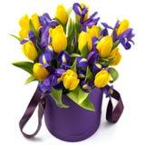 花 黄色郁金香和虹膜花束 免版税库存照片