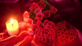 花bouqet、蜡烛燃烧和装饰华伦泰英尺长度  股票视频